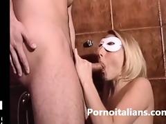 bionda italiana scopata nel cesso da maschio