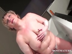 aged wench dildoes muff in bathtub