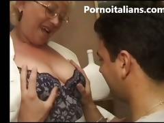 matura italiana succhia cazzo giovane ragazzo -