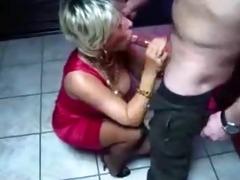 une mature qui aime sucer au toilettes